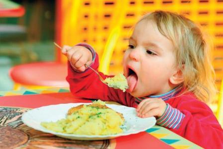 چگونه کودکان را به غذا خوردن ترغیب کنید