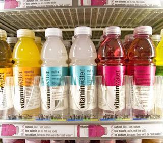 پنج دلیل برای عدم مصرف آب ویتامینه ها را بشناسید!